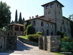 I castelli di Pomerio e Casiglio appartennero alla locale famiglia dei Parravicini, i quali erano anche proprietari di molti altri edifici tra cui chiese e cappelle ancora oggi presenti nell'erbese. La costruzione del castello di Pomerio risale al XI-XII secolo (ad opera della famiglia dei Parravicini) ed è il tipico castello medievale.